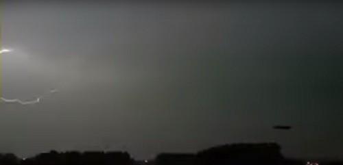 молния ударила в НЛО, нашествие НЛО,